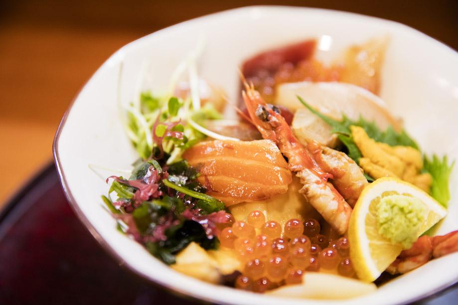 近海で採れたお魚を、自家製のタレにさっとくぐらせた海鮮丼。