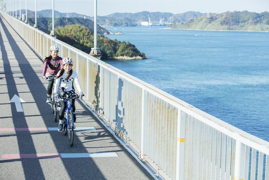 来島海峡大橋を渡る2人。気持ち良さそう。