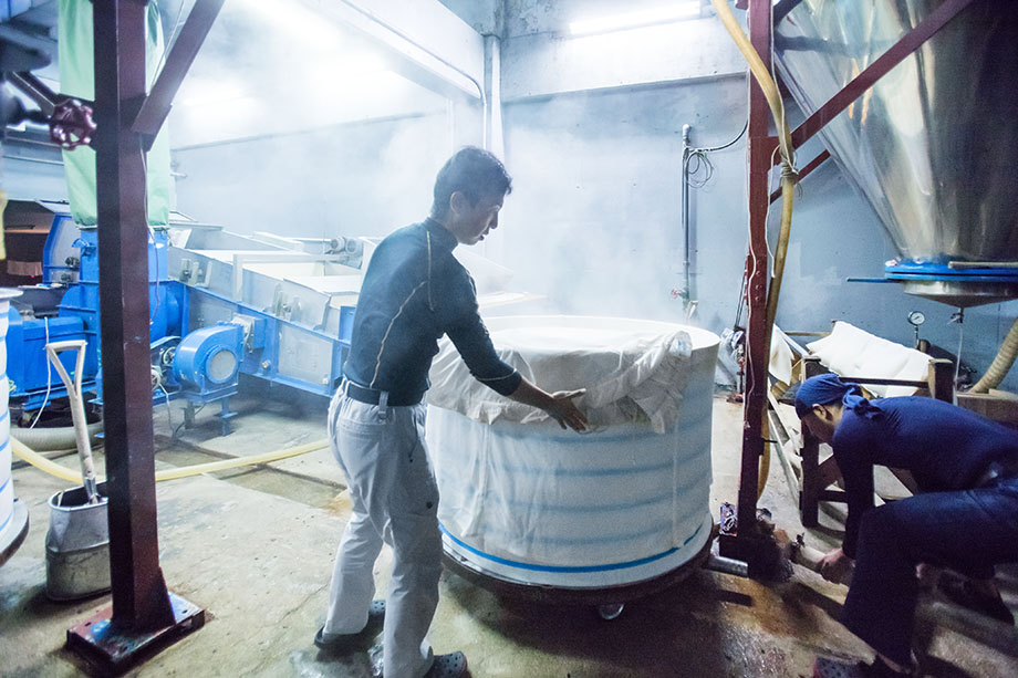 洗ったお米を甑で蒸す「蒸米」。