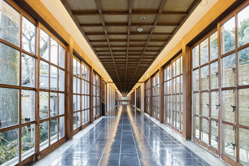 (竹山聖という建築家の先生による設計の廊下)