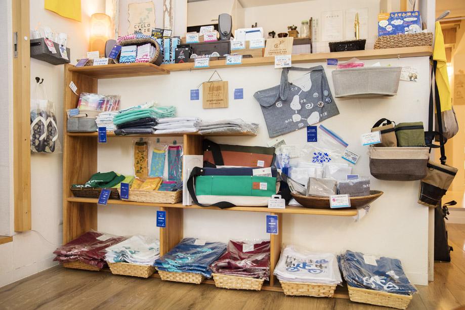 店内にはTシャツやタオルなど、サイクリストに必要なグッズも販売。